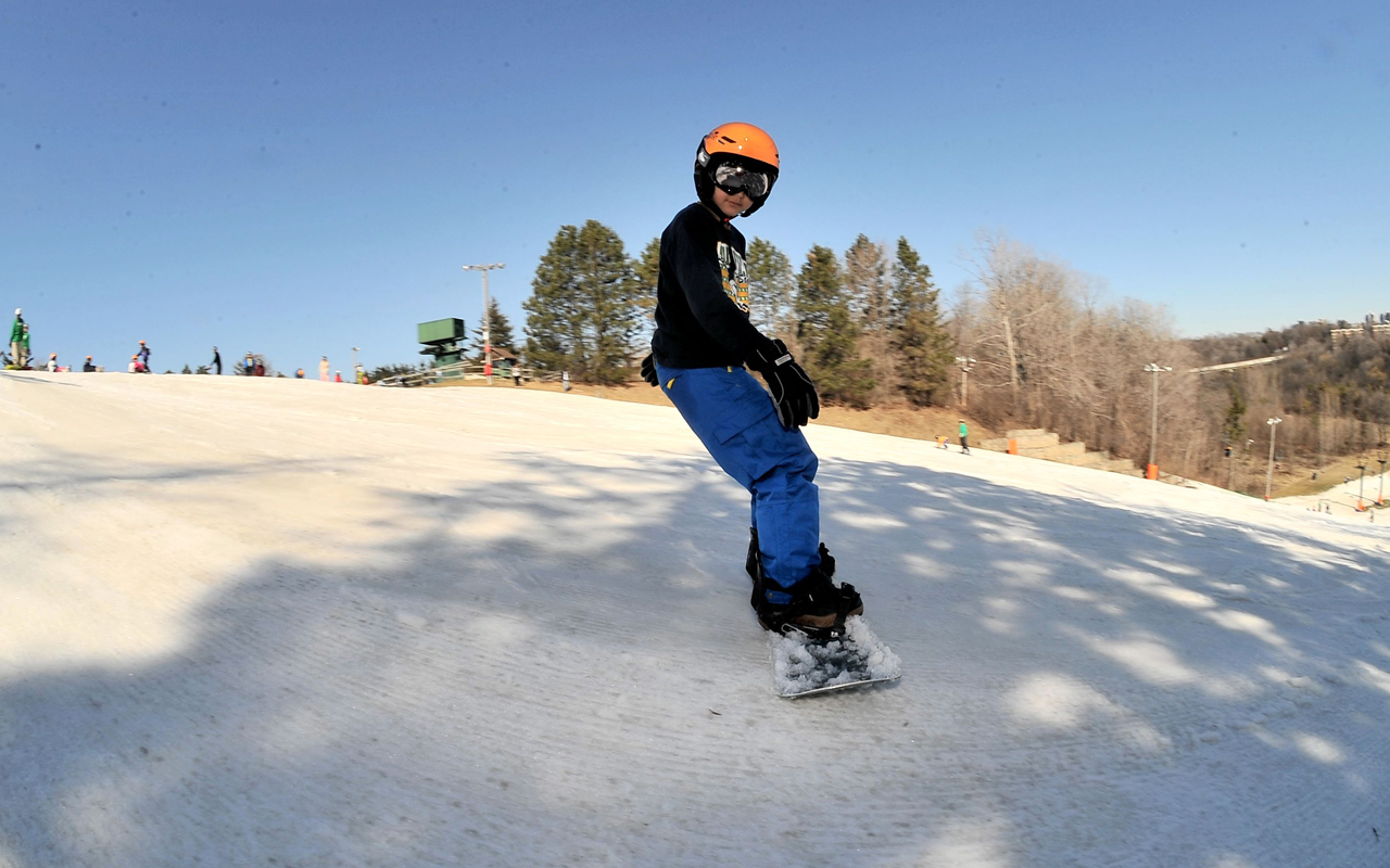 f9c66dddb01a A young snowboarder going down the slopes. Earl Bales Ski and Snowboard ...