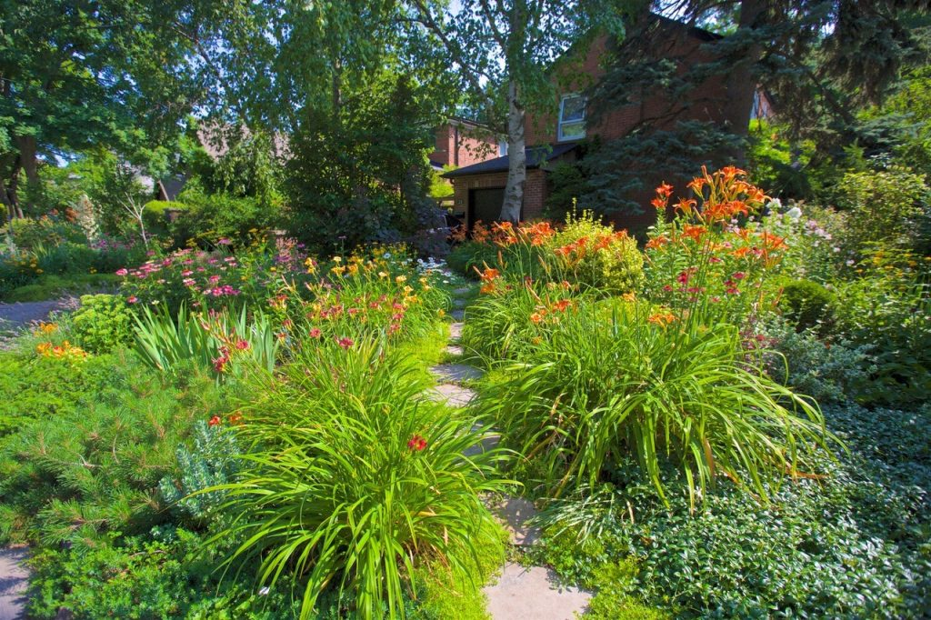 A panoramic photo of the winner in the 2019 Garden Contest's Residental Traditional category