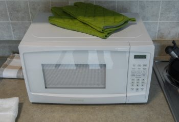 microwave and oven gloves in 11 Macey Ave unit